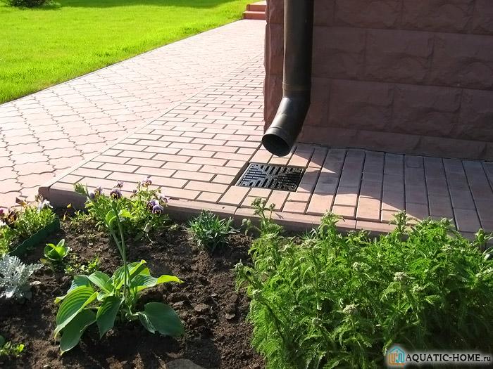 Правильный дренаж включает обустройство зоны вокруг построек, а также дорожки, площадки и садово-огородные участки