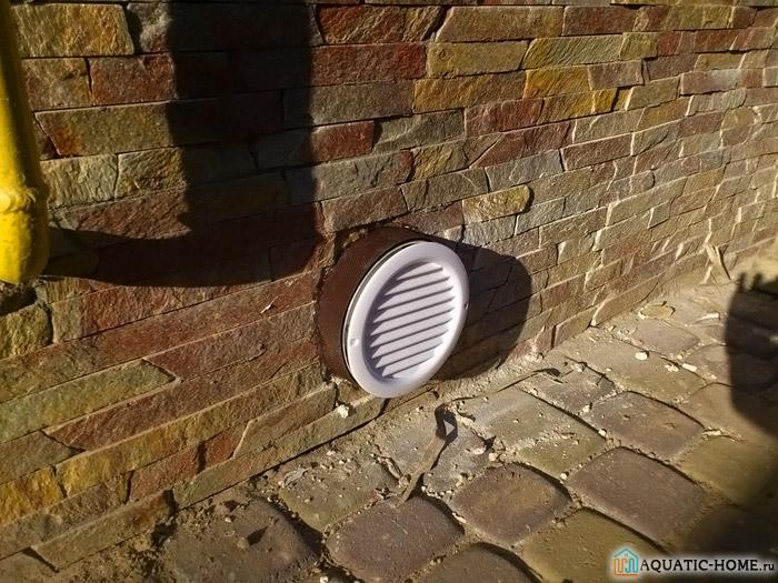 Пример вывода вытяжной трубы на цоколе здания