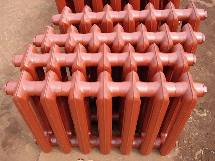 Недорогой чугунный радиатор подойдет для оснащения подсобного помещения