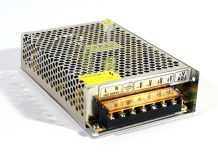 К такому драйверу можно подсоединять не только светодиодные ленты, но и единичные приборы
