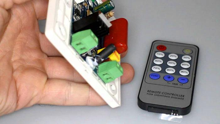 Для управления светом используют инфракрасный пульт ДУ и совместимый блок электроники