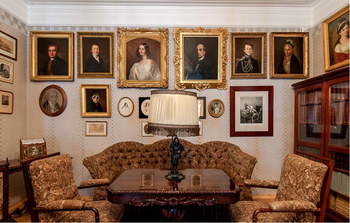 На этом снимке – часть музейной экспозиции. Такая антикварная лампа подойдет для украшения богатого интерьера