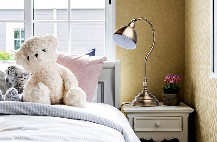 Эта современная стильная лампа настольная на фото создана в классическом дизайне