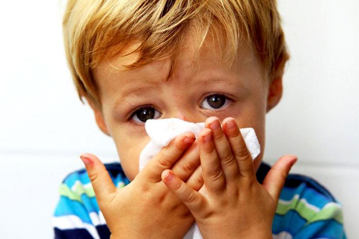 У ребенка может развиться аллергический кашель или насморк из-за попадания домашней пыли