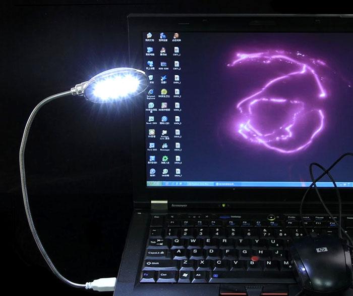 Такой настольный светильник для компьютерного стола используют только в особых случаях. Лучше применять стационарную модель, с высокой мощностью и широкой диаграммой направленности