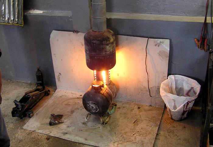 Отопительный агрегат устанавливают на твёрдой ровной поверхности, закрытой металлом или керамической плиткой