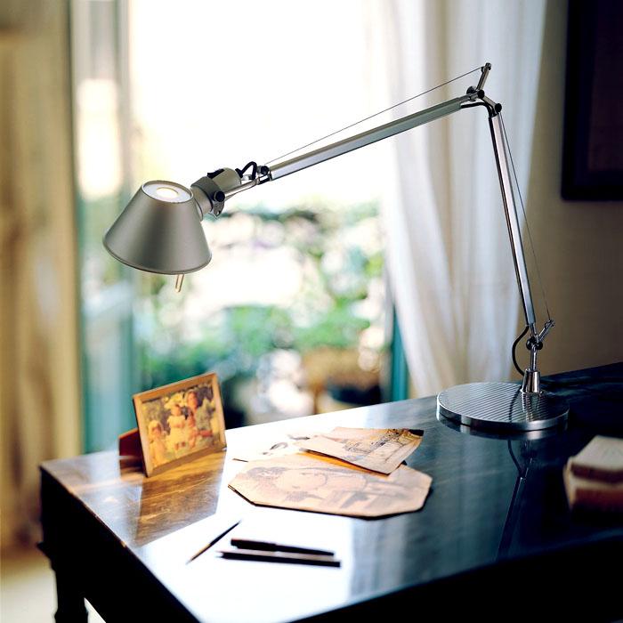 Чтобы точно установить источник света в нужном месте используют сложные механизмы