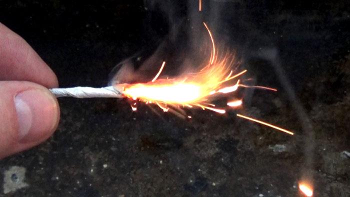 Поджигают смесь фитилём из бумаги или ветоши