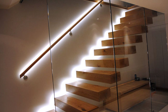 Такая подсветка делает лестничные конструкции более безопасными