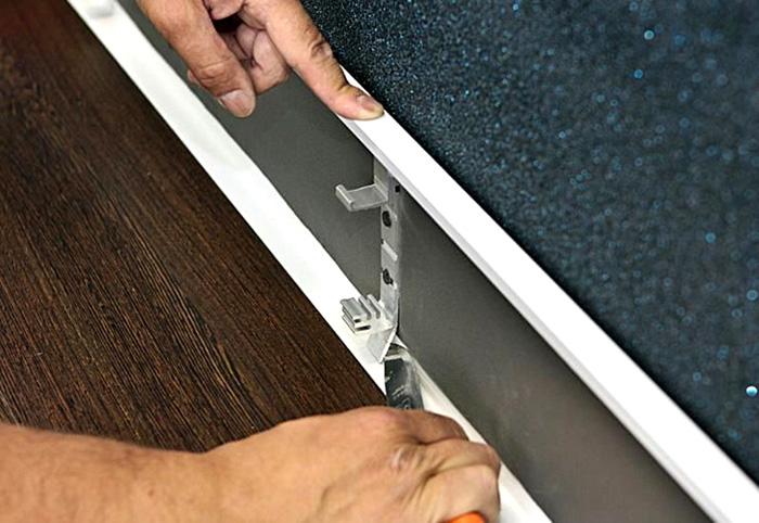 Панель прикрепляется к стене при помощи саморезов