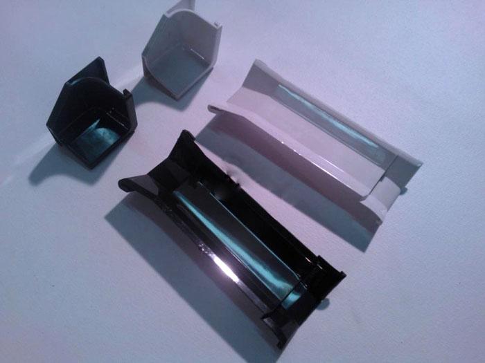 Углы плинтусов закрывают пластиковыми заглушками. Аналогичные изделия иной формы применяют на внутренних углах, торцевых частях