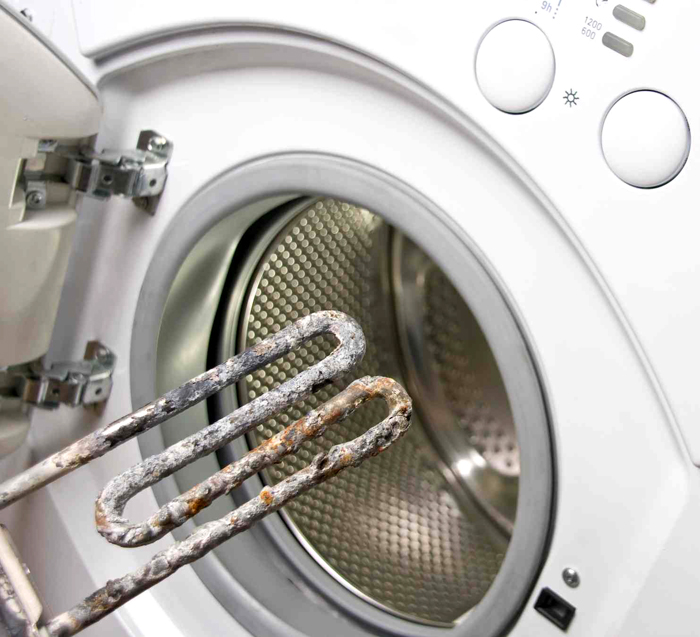 Соли расщепляются при нагревании и частично превращаются в углекислый газ. Процесс даёт осадок, который и называется «накипь»