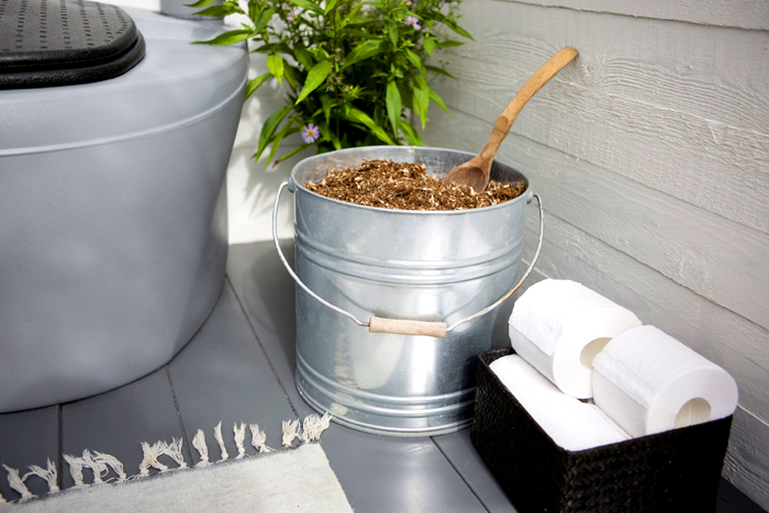 Рядом с компостным унитазом должна стоять ёмкость с торфом