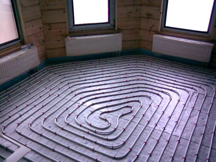 Водяной «теплый пол» устанавливают в глубине бетонной стяжки. Он создается из дорогих качественных элементов, чтобы предотвратить аварии и крупные затраты на ремонт