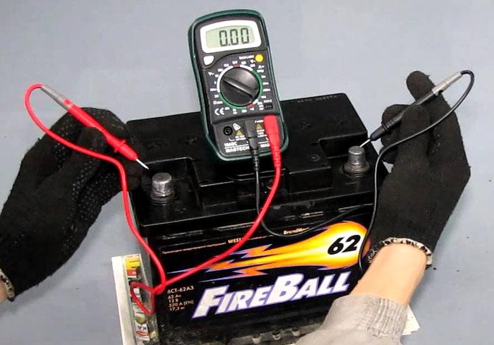 Демонтировать аккумулятор для измерений не обязательно. Но надо не забыть перевести регулятор в положение «Постоянное напряжение»