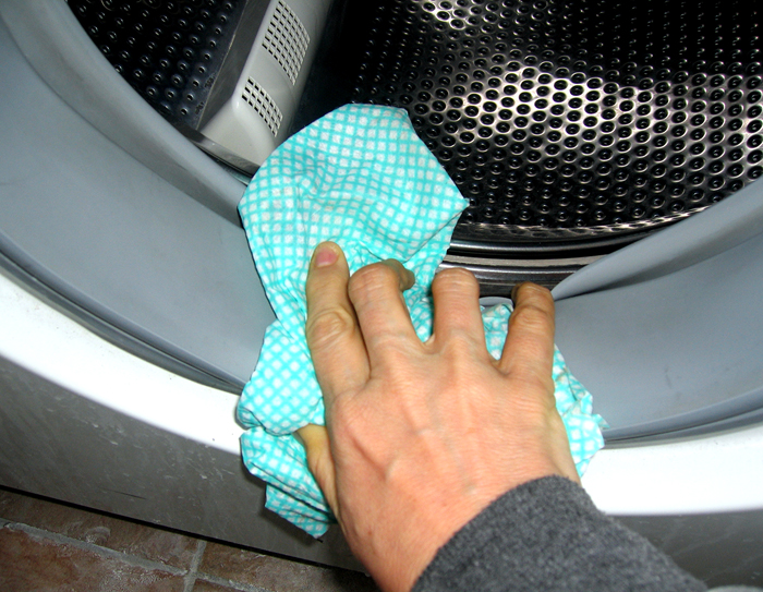Ускорить сушку машины можно, протерев её тщательно сухой тряпкой