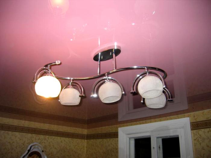 В комплекте с осветительным прибором часто прилагаются готовые элементы декора, за которыми можно скрыть все неприглядные провода