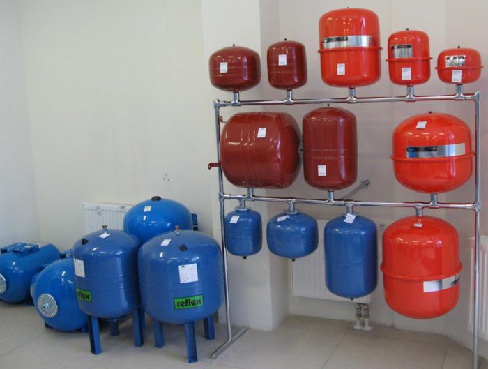 Различные виды форм и цветовой гаммы водяных аккумуляторов и расширительных баков