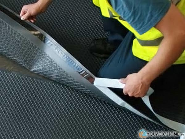 Укладка гидроизоляционного материала на основание
