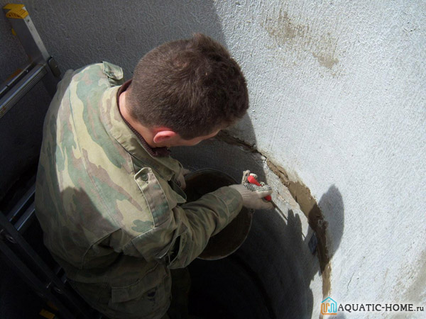 Герметизацию стыков бетонных колец необходимо выполнить как изнутри, так и снаружи