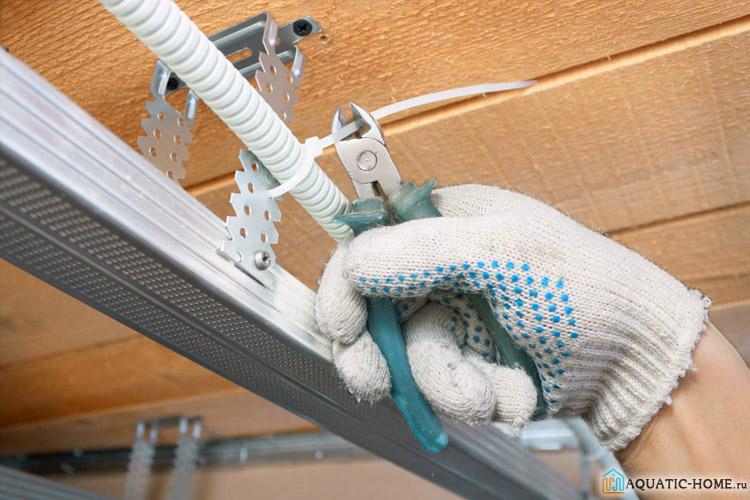 Электропроводку можно спрятать в подвесном потолке