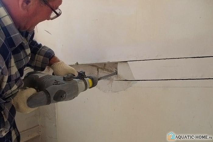 Размеры штробы делают достаточными для монтажа. Если заливают конструкцию бетоном, поверхностный слой создают не менее 2,5-3 диаметров трубы