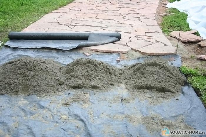 С помощью данной материи обустраиваются красивые дорожки в саду