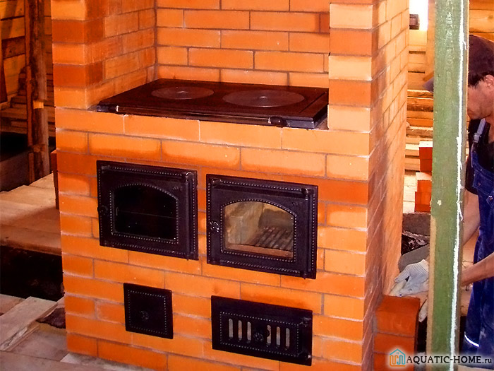 Печь, объединенную с камином, используют для отопления и приготовления пищи