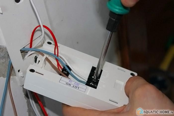 Ведется подключение терморегулятора для теплого пола