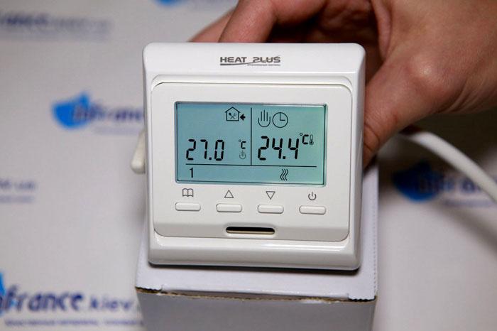 После монтажа электроплинтуса нужно установить терморегулирующее устройство. Его закрепляют на высоте полтора метра или на уровне глаз
