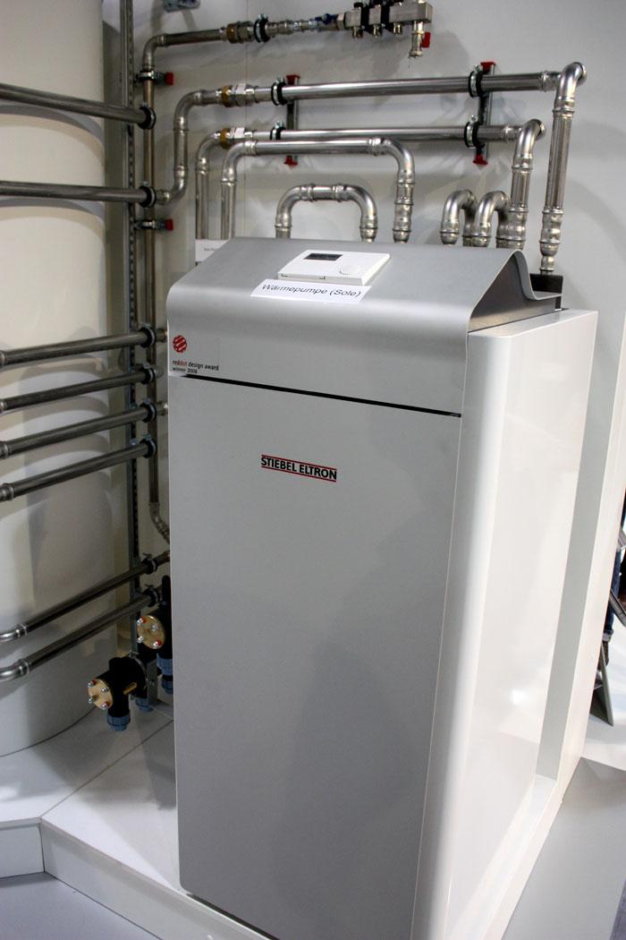Это оборудование только внешне похоже на холодильник. На фото – тепловой насос промышленной серии