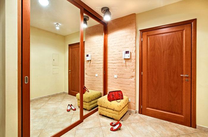 При таком варианте свет от потолочного прибора будет рассеиваться зеркальной поверхностью
