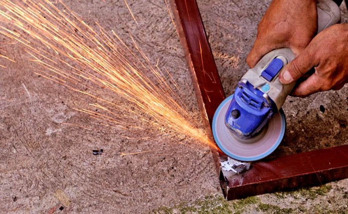 Удаление окалины со сварных швов с применением электроинструмента