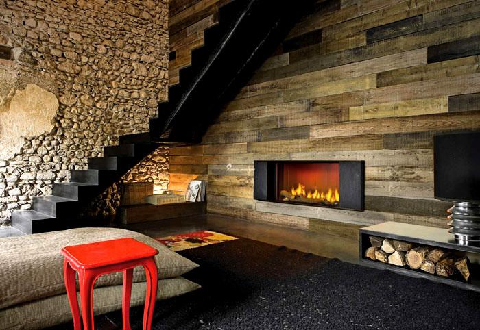 Небольшой электрокамин с имитацией огня добавит тепла и уюта в дачном доме