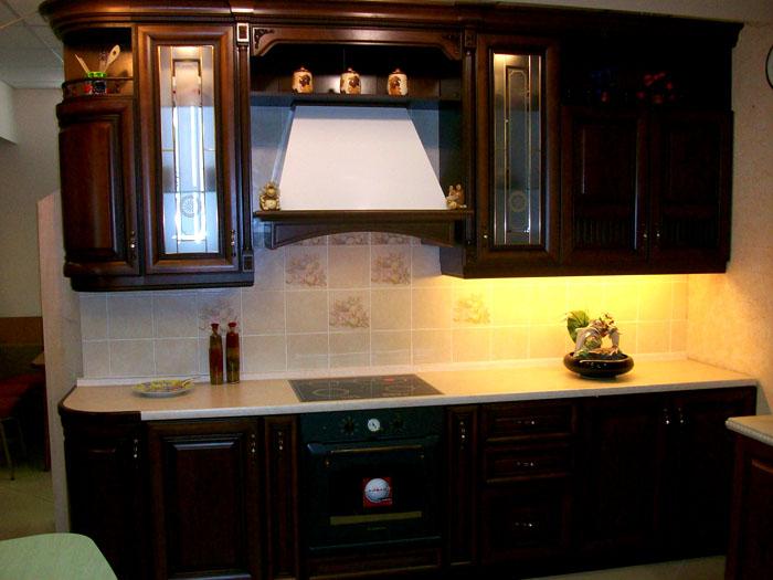 Мягкое излучение светодиодной подсветки для кухни под шкафыв этом диапазоне спектра гармонирует с классическими интерьерами