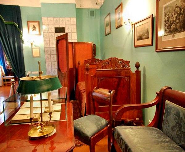 Подсвечник на бюро в кабинете Н.В. Гоголя – предшественник современной настольной лампы
