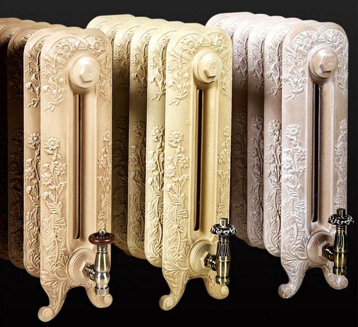 Сложные литые украшения и оригинальные запорные устройства дополнят богатое оформление комнаты