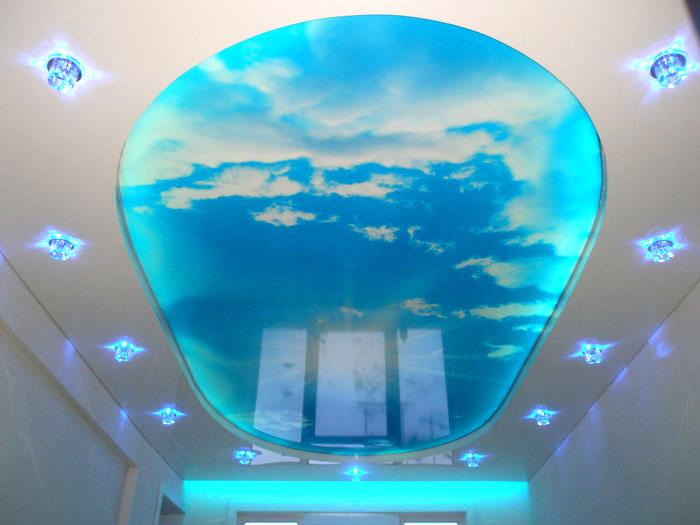 На полупрозрачном подсвеченном потолке можно изобразить любой рисунок