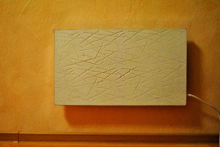 Это устройство обычно крепят на стену, реже – устанавливают на пол, на специальной подставке