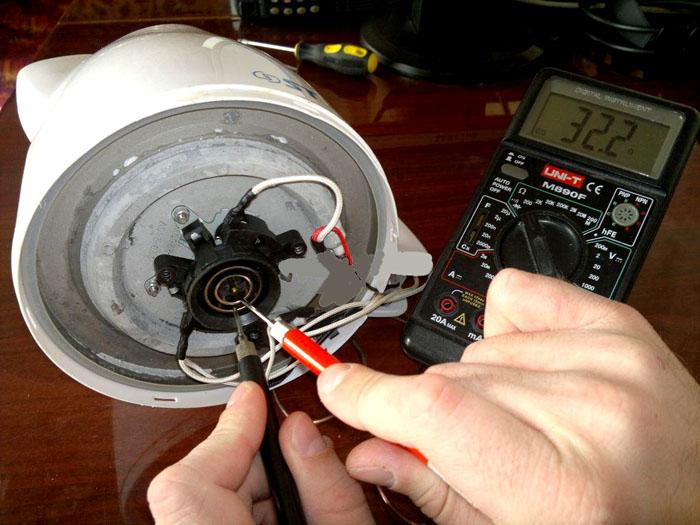 Если знать, как мультиметром замерить сопротивление, можно выяснить исправность нагревательного элемента чайника, другой бытовой техники