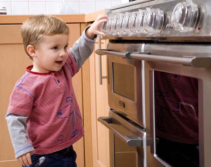 Несмотря на защитные функции, лучше не допускать детей к кухонным приборам