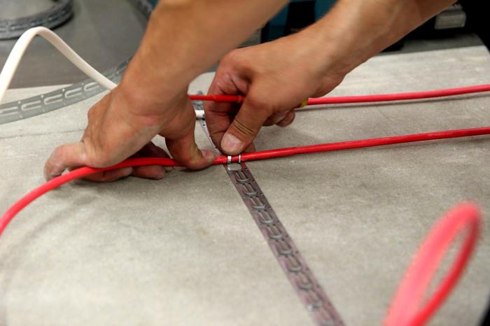 Укладка электрической напольной конструкции