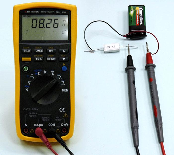 Для определения силы тока прибор устанавливают в электрическую цепь последовательно