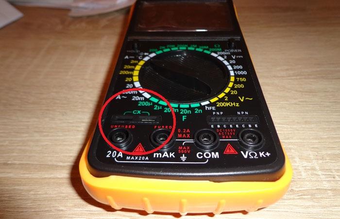 В некоторых моделях мультиметров есть специальные контактные площадки и регулировки диапазонов для измерения емкости конденсаторов