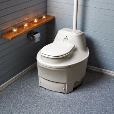 Ёмкость с содержимым компостного туалета обычно опорожняют в компостную яму
