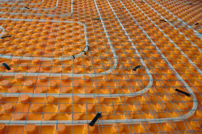 Устанавливается защитная решетка, которая защищает обогревающую конструкцию от деформаций
