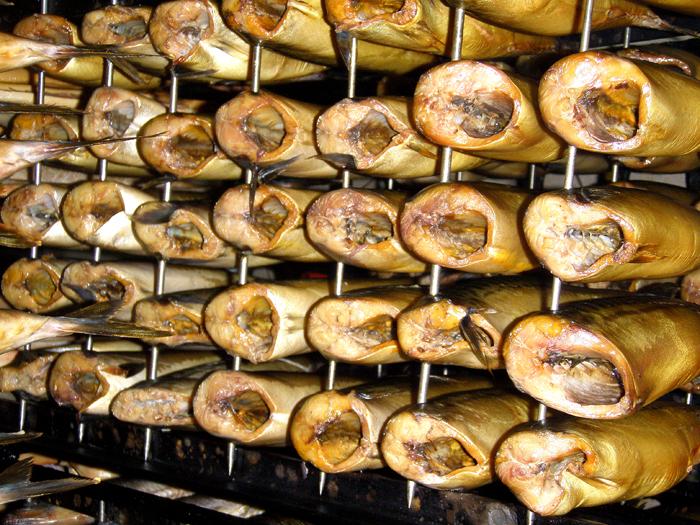 В профессиональных коптильнях одновременно можно приготовить сотни килограммов продуктов