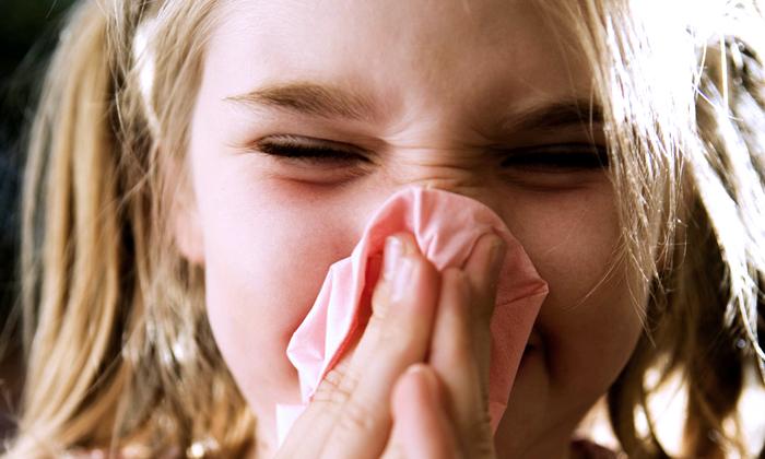 Частое чихание и раздражённый кашель у ребёнка – один из признаков пересушенного воздуха