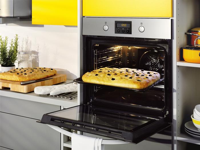 Независимый духовой шкаф удобно расположить на среднем ярусе кухни