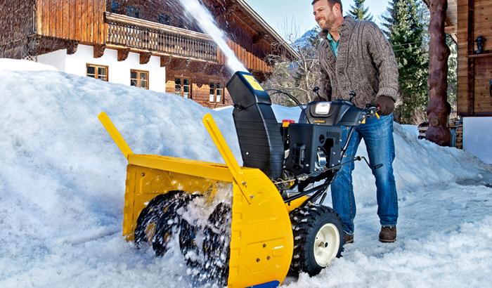 Выброс снега в бензиновых агрегатах осуществляется на гораздо большее расстояние и скорость очистки участка намного превышает электрический аналог